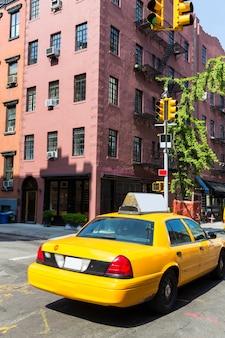 Het dorp van new york west in de gele cabine van manhattan