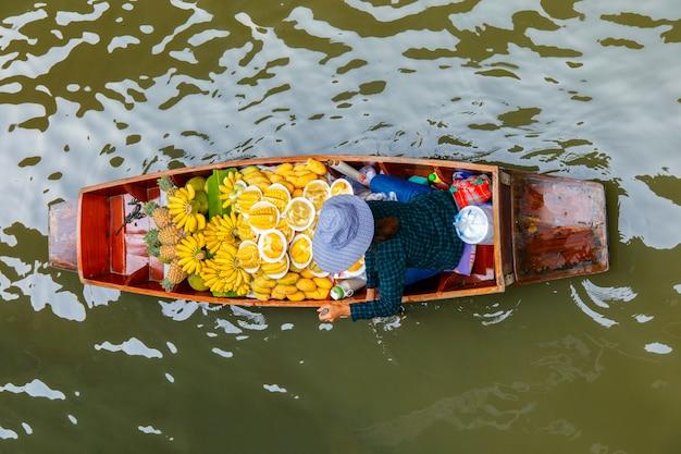 Het drijven van damnoen saduak markt in ratchaburi dichtbij bangkok, thailand