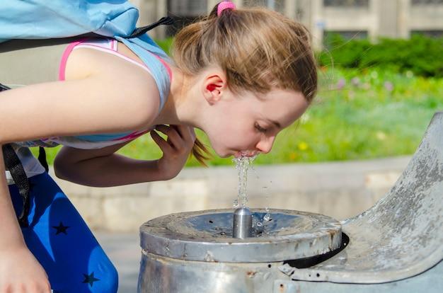 Het drinkwater van het meisje van openluchtfontein