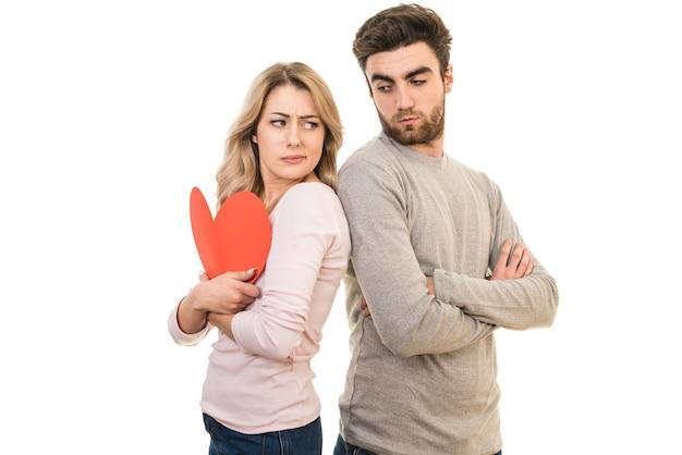 Het droevige paar staat met een hartsymbool op de witte achtergrond