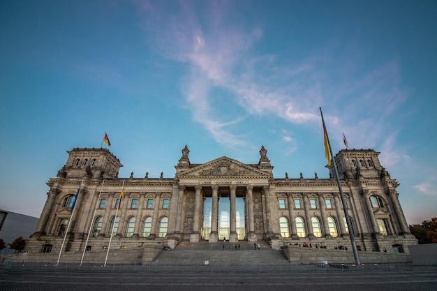Het duitse parlementsgebouw in berlijn bij zonsondergang.