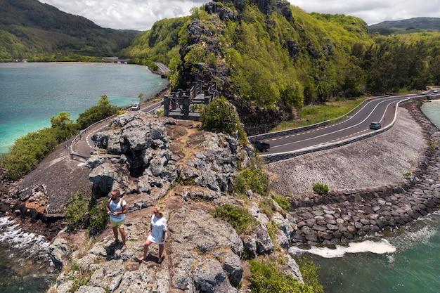 Het echtpaar staat op de rand van een klif op het eiland mauritius, een ongebruikelijke weg naar de eilanden mauritius.