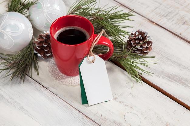Het een kopje koffie op de houten tafel