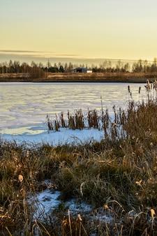 Het eerste ijs op de zon bij zonsondergang