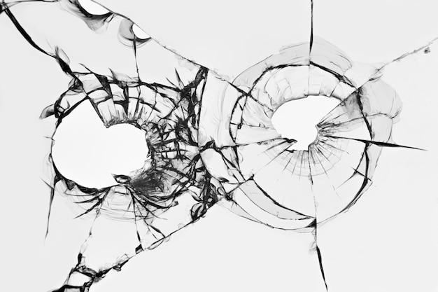 Het effect van gebroken glas van een schot. gaten van pistoolkogels in de voorruit van een auto.