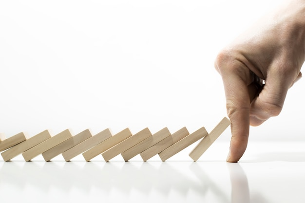 Het effect van vallende dominostenen. de economische crisis, financiële risico's.