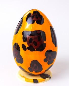 Het ei van de vooraanzichtchocolade in luipaardkleuring op tribune