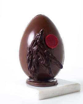 Het ei van vooraanzichtchoco op het witte bureau