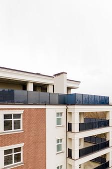 Het eigendom. nieuw modern gebouw met balkons, close-up, fragment.