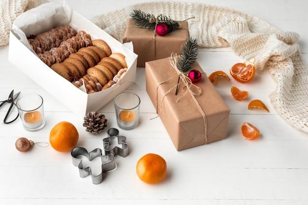 Het eigengemaakte bakkerij maken, peperkoekkoekjes in vorm van kerstboomclose-up.