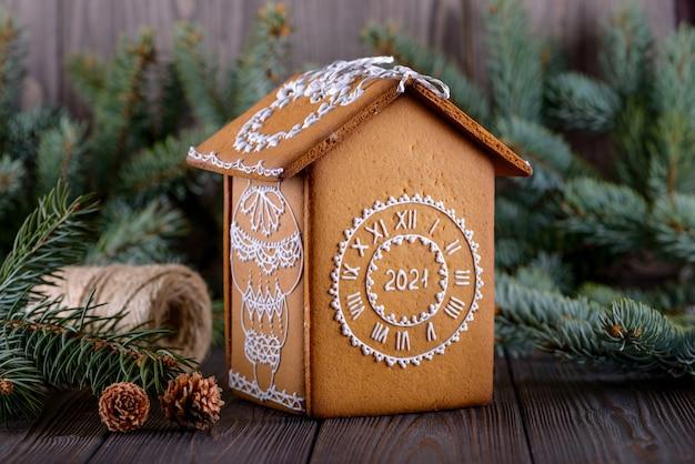 Het eigengemaakte huis van de kerstmispeperkoek op nieuwe jaarachtergrond