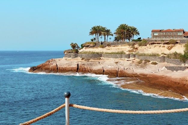 Het eiland en de oceaan van tenerife op een landschap van de de zomerdag.