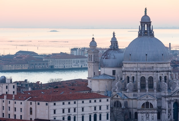 Het eiland san giorgio maggiore. venetië stad italië zonsondergang uitzicht.