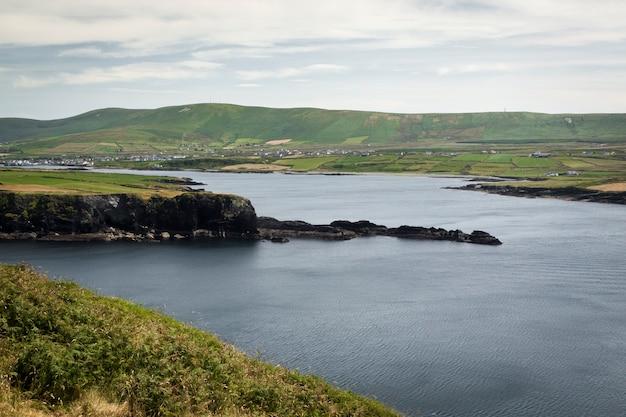 Het eiland valentia (in gaelic dairbhre), ten westen van ierland. iveragh-schiereiland (county kerry). brug gelegen in portmagee. veerboot knightstown