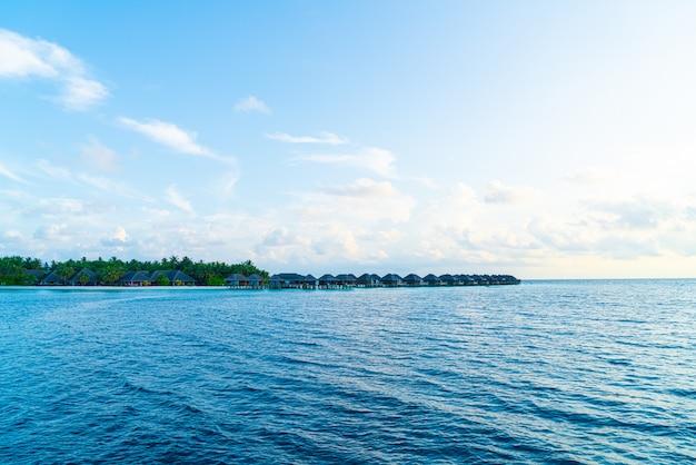Het eiland van de maldiven met strand en oceaan