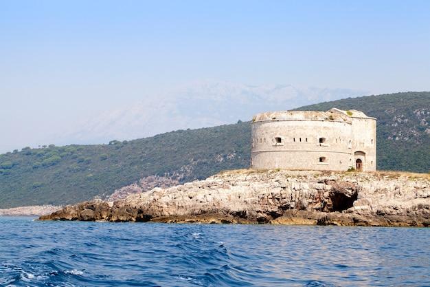 Het eiland waarop een oud fort zich vestigt. mamula-eiland, montenegro