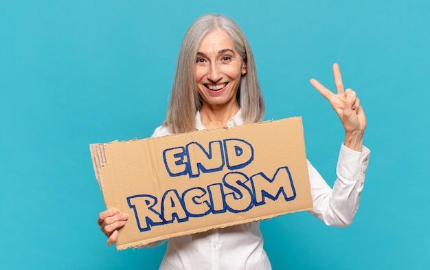 Het eind racisme van de vrouwenholding van middelbare leeftijd