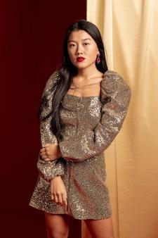Het elegante vrouw stellen voor chinees nieuw jaar