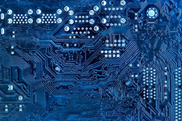 Het elektrische circuit van het moederbord in blauw