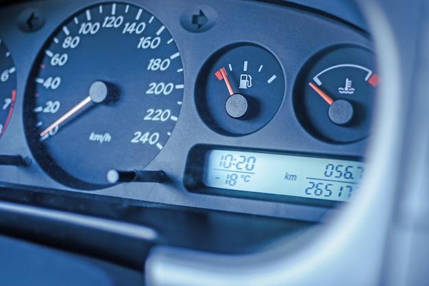 Het elektronische paneel van de auto toont een lage temperatuur in de straat een sterke vorst