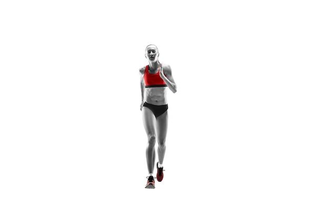 Het ene blanke vrouwelijke silhouet van runner rennen en springen op witte studio achtergrond