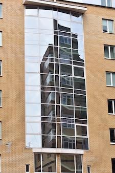 Het ene gebouw weerspiegelen in de ramen van een ander