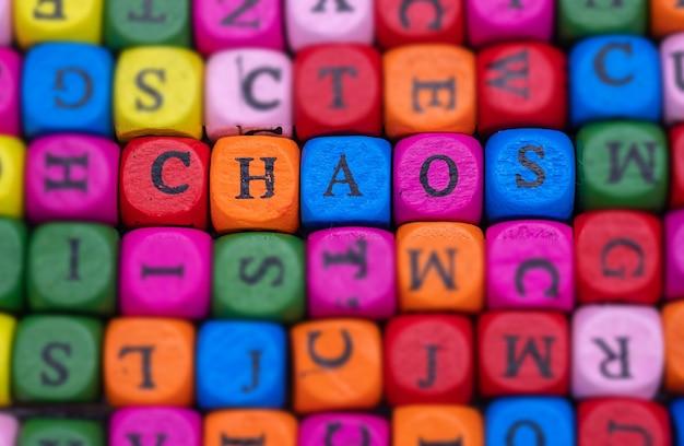 Het engelse woord chaos op willekeurig verspreide gekleurde blokjes