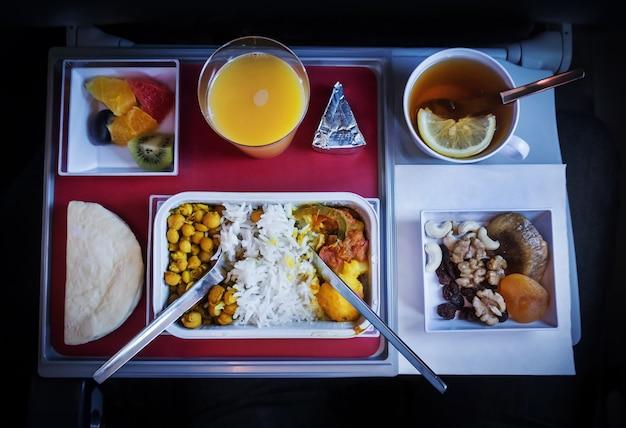 Het eten aan boord van het vliegtuig. diverse producten op de klaptafel.