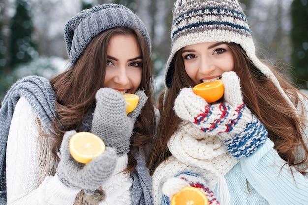 Het eten van natuurlijke vitamines in de winter versterkt onze weerstand