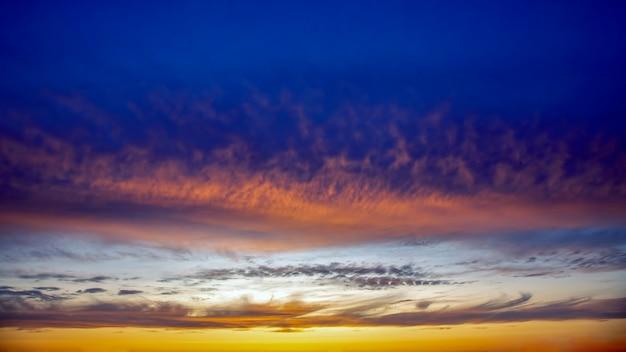 Het expressieve contrast van de wolken aan de hemel. felle kleur avondlucht voor zonsondergang