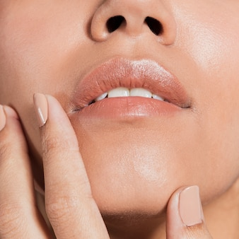 Het extreme close-up schoot het gezicht van de jonge vrouw
