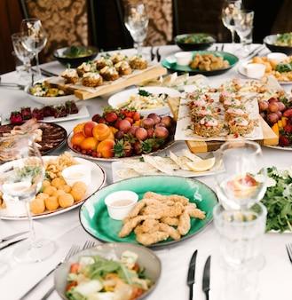 Het feest van de ronde tafel vol heerlijk eten en hapjes, een prachtige setting, catering, vakantie in de frisse lucht