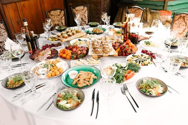 Het feest van de ronde tafel vol heerlijk eten en snacks, een mooie setting, catering, vakantie in de frisse lucht