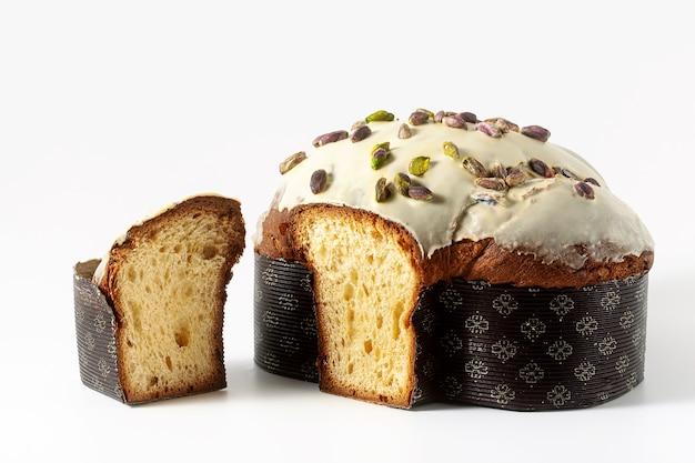 Het feestelijke zoete italiaanse brood colomba van pasen met pistacheroom die op wit wordt geïsoleerd