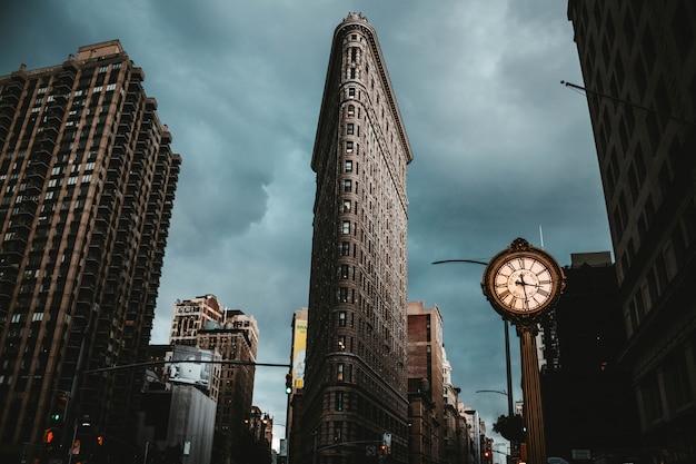 Het flatiron-gebouw in de stad van new york schoot vanuit een lage invalshoek