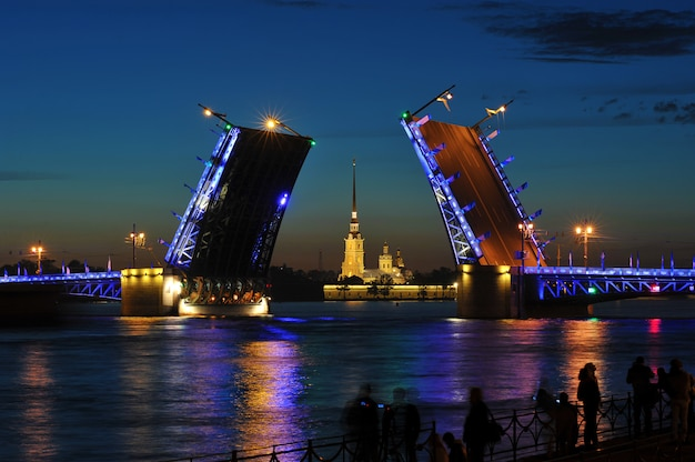Het fokken van de paleisbrug. witte nachten in st. petersburg, rusland