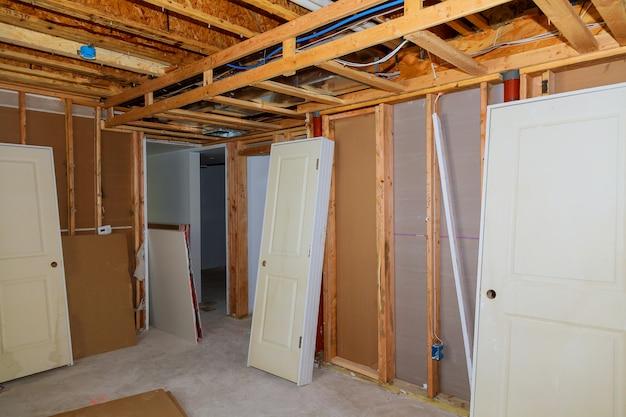 Het frame dat onvolledig houten kadergebouw of een huis bouwt