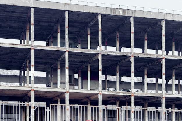 Het frame van een gebouw met meerdere verdiepingen op een stadsgebouw. bouw van een nieuw huis, nieuw gebouw