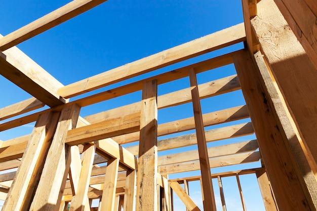 Het frame van het houten huis tijdens het begin van de bouw