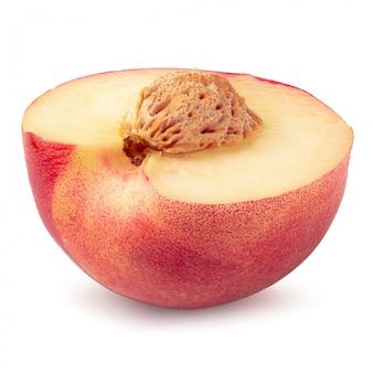 Het fruit van de helft en van de plak nectarine dat op witte achtergrond wordt geïsoleerd.