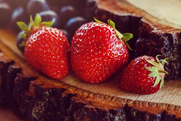 Het fruitdecoratie van de huwelijkslijst bij restaurant met aardbeien
