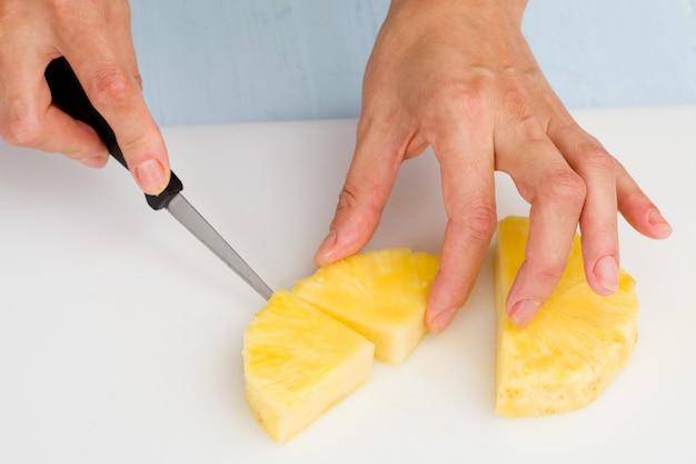 Het fruitmes op een snijplank snijden