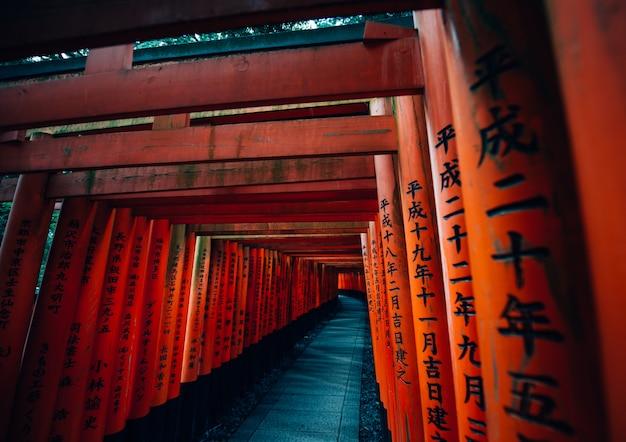 Het fushimi-inari pad in kyoto