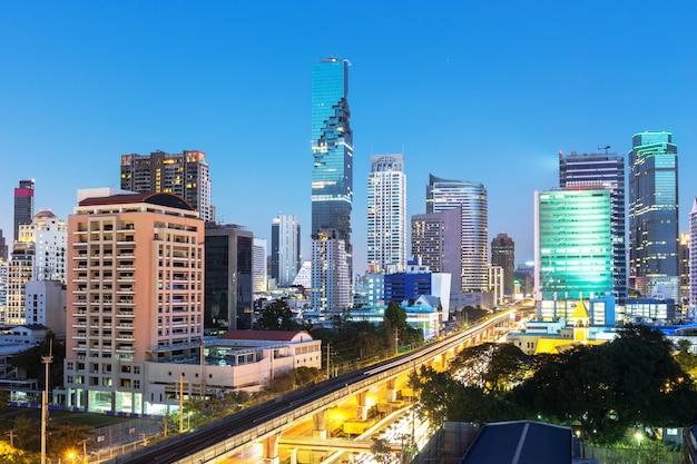 Het gebied van de binnenstad in bangkok thailand in schemeringtijd