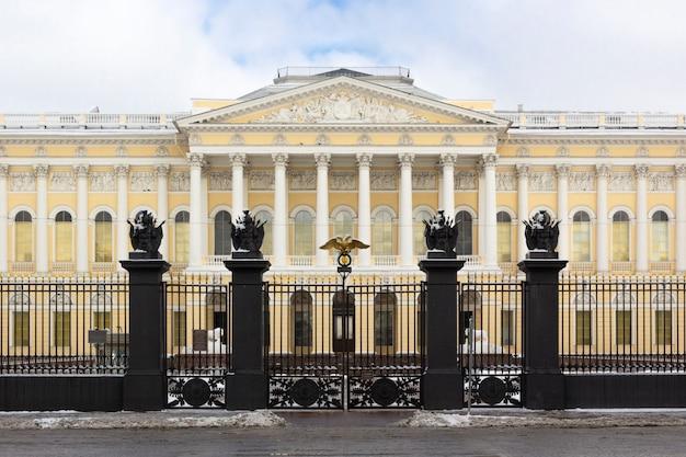 Het gebouw het russische museum van de voorgevelstaat op vierkant van kunsten in de winter, st. petersburg, rusland.