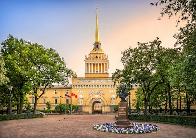 Het gebouw van de admiraliteit in sint-petersburg. opschrift: mikhail ivanovich glinka