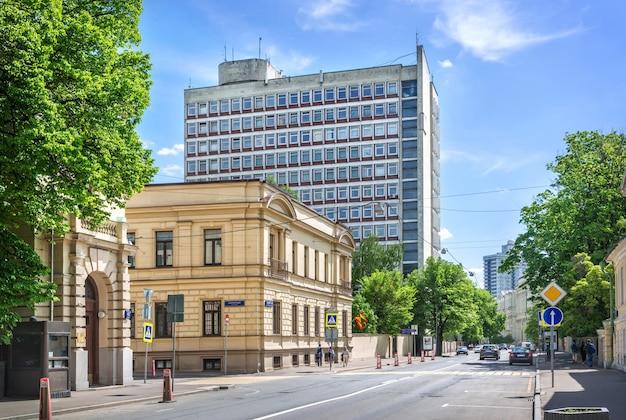 Het gebouw van de ambassade van grenada en gnesinka aan de povarskaya-straat in moskou