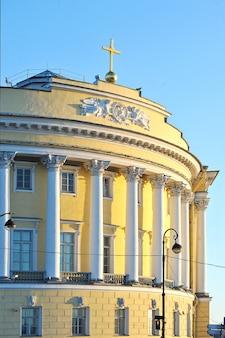 Het gebouw van de senaat en de synode in st. petersburg