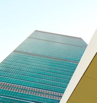 Het gebouw van de verenigde naties in new york city is het hoofdkantoor van de organisatie van de verenigde naties