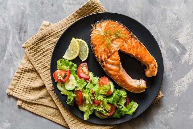 Het gebraden lapje vlees van zalmvissen met plantaardige salade